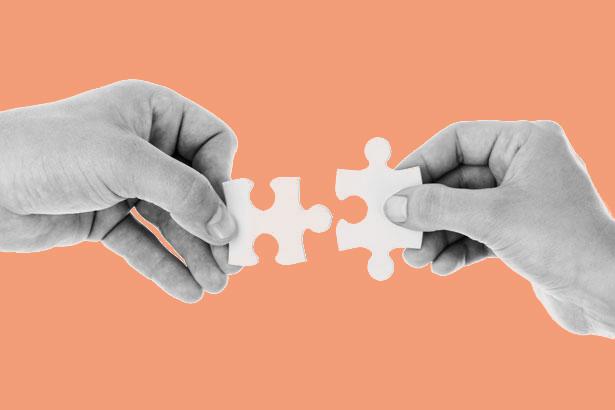 mani uniscono puzzle