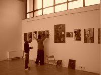 Akab durante l'allestimento della mostra