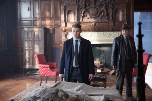 Age of Ultron esce al cinema, a Gotham la moralità di James Gordon è in bilico