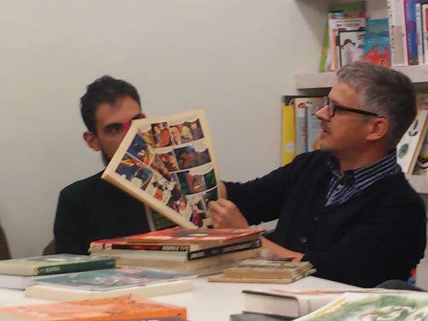 Paolo Bacilieri mentre sfoglia un numero del Corriere dei Ragazzi dalla sua collezione personale