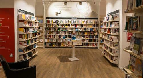 Le librerie distribuiscono i libri in base sia alle opre sia al tipo di lettori che le frequentano.