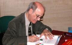 Quino_(cartoonist)_autographs_a_book_in_Paris,_2004