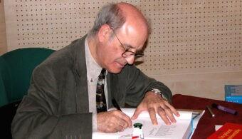 Quino_(cartoonist)_autographs_a_book_in_Paris,_2004